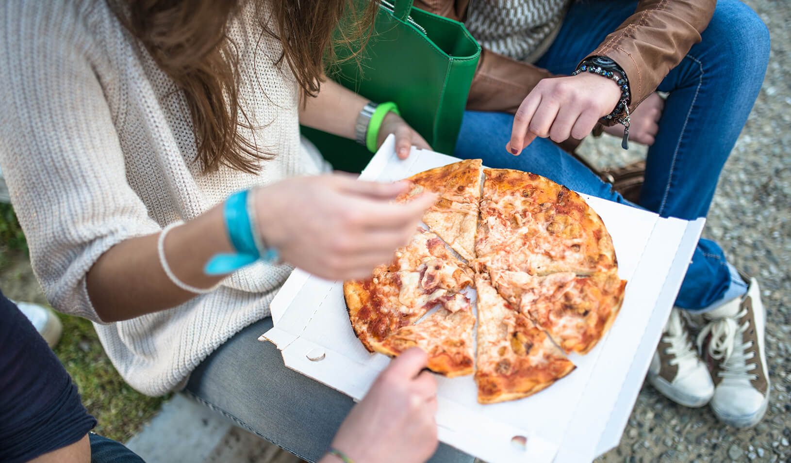 Students eating pizza | iStock/franckreporter
